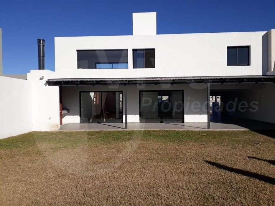 Casa de 3 dormitorios a estrenar ubicada en el Barrio Comarca de Allende. Se escuchan propuestas
