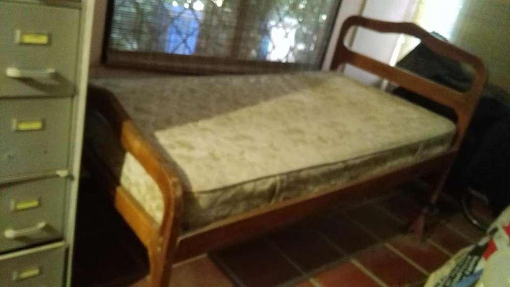 <strong>cama</strong> sencilla en madera con colchon
