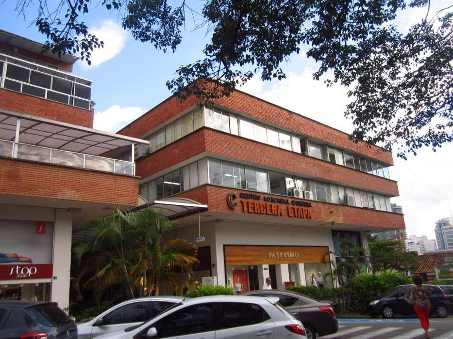ARRENDAMOS ACOGEDORA OFICINA CENTRO COMERCIAL CABECERA III