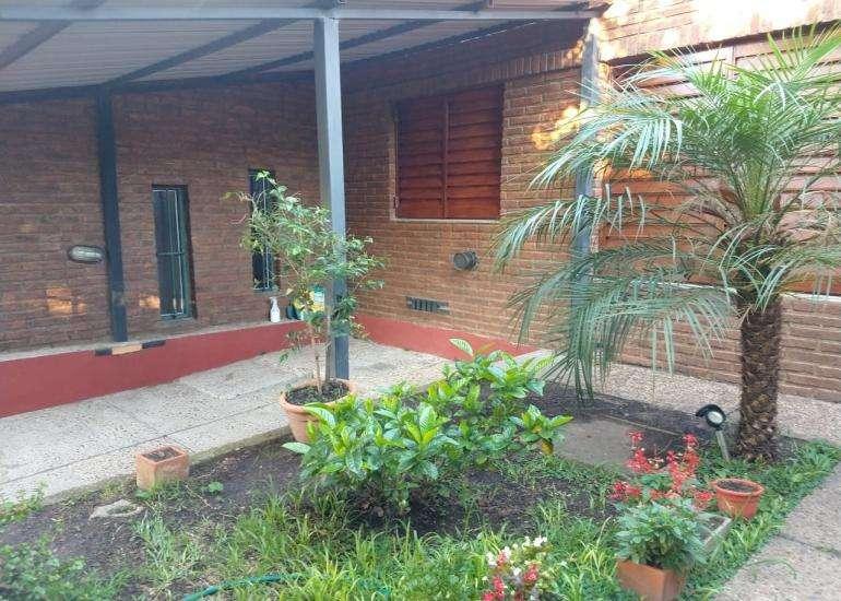 En venta casa tres dormitorios, patio con asador, cochera para dos autos !
