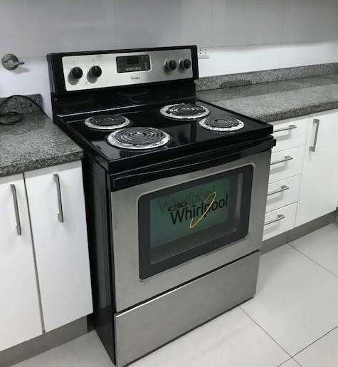 Remato cocina eléctrica Whirlpool 4 hornillas y horno en muy buen estado