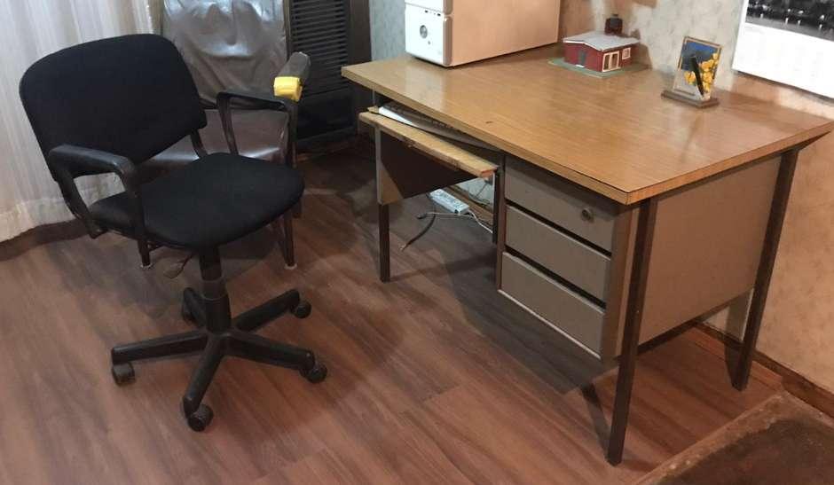 <strong>escritorio</strong> y silla.