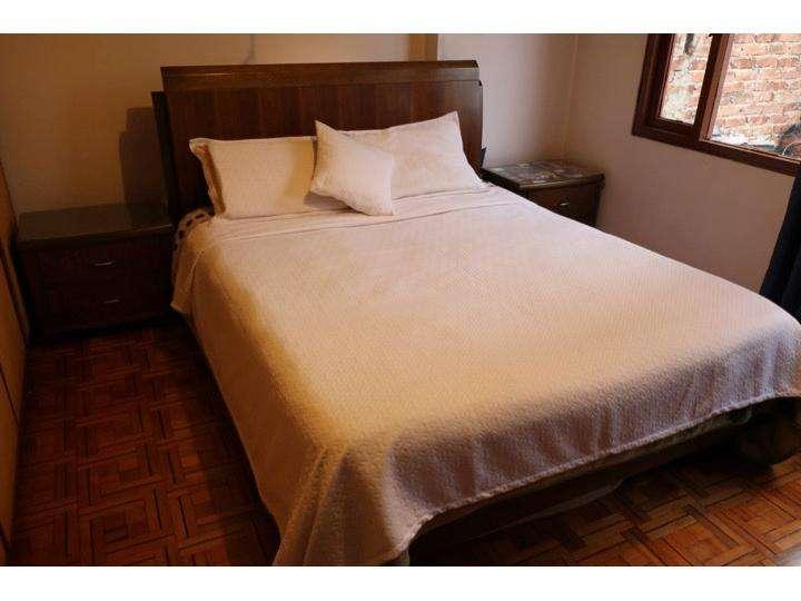 Juego de Alcoba: Cama Doble, 01 colchón, dos mesas de noche, peinador, Espejo de colgar y mesa para televisor.