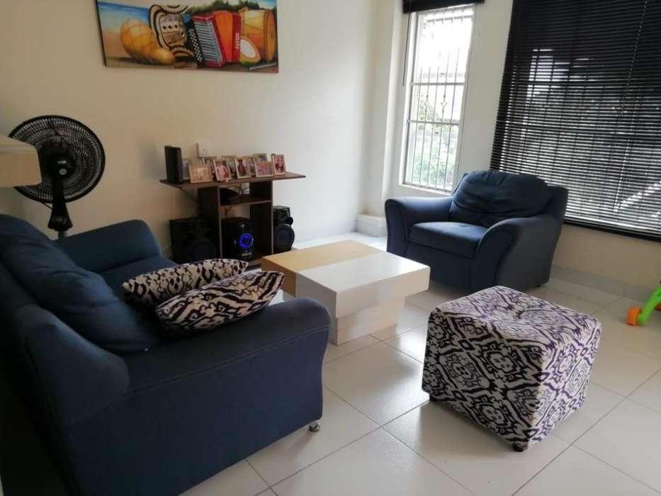 Muebles para sala con puff y mesa de centro en excelente estado
