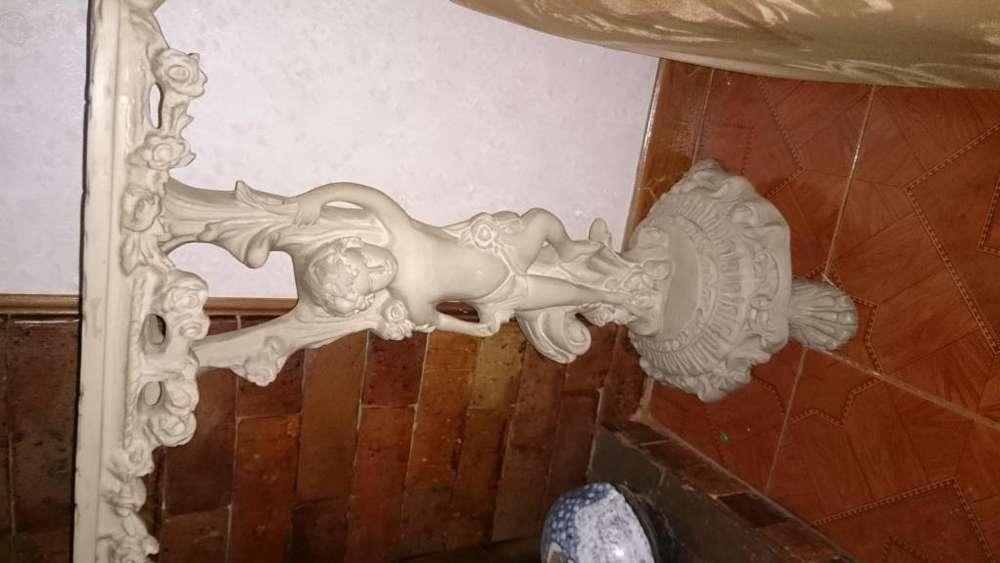 <strong>mesa</strong> tallada en mármol blanco