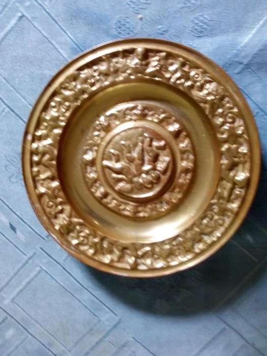 Antiguo plato de bronce macizo Querubines