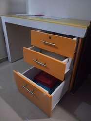 Hermoso escritorio amarillo de estudio  tablero de corcho  modulo todo en madera