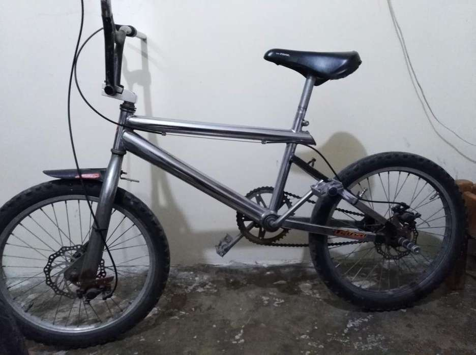 Se vende Bicicleta para saltos y acrobacias.
