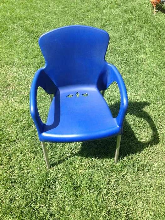 <strong>silla</strong> plásica azul con apoya brazos Perfectas condiciones.