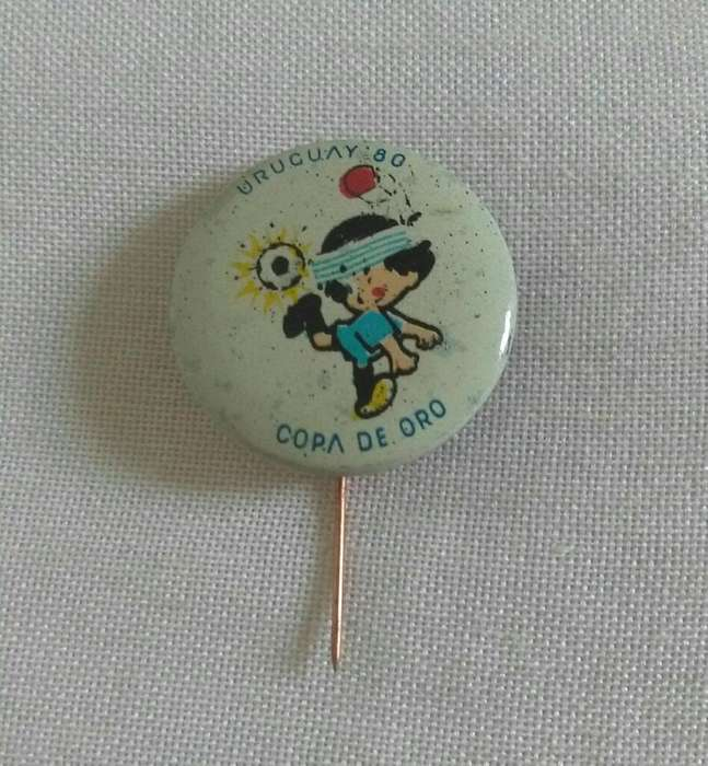 Antiguo Pin Copa de Oro Uruguay 1980 mascota . distintivo tipo boton en alfiler