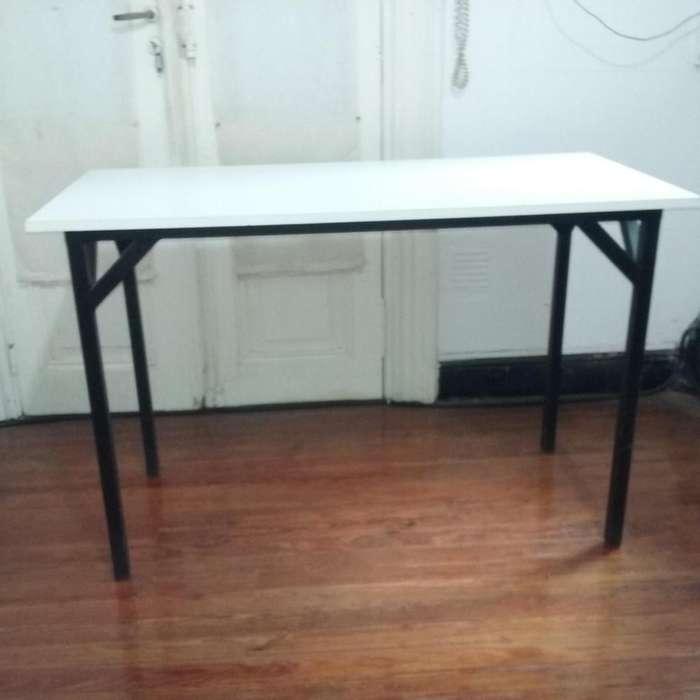 Mesa de escritorio en buen estado