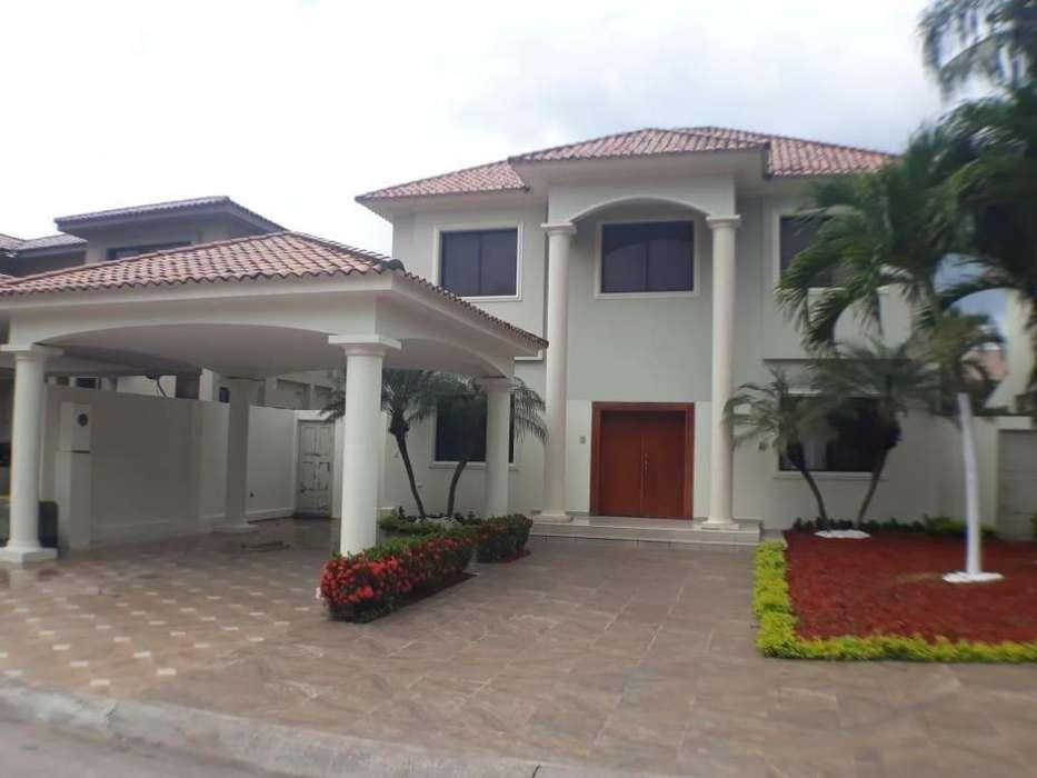 Alquiler de Casa en la Urb. Estancias del Rio, 50 MTS DEL DORADO