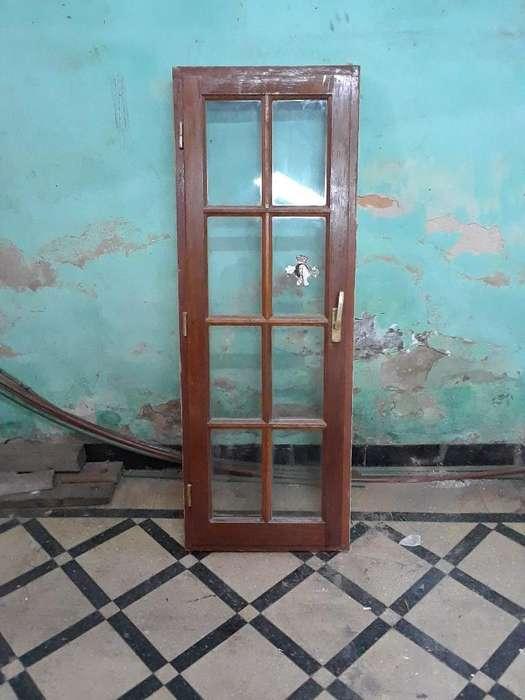 Puerta con Vidrio Repartido de Madera