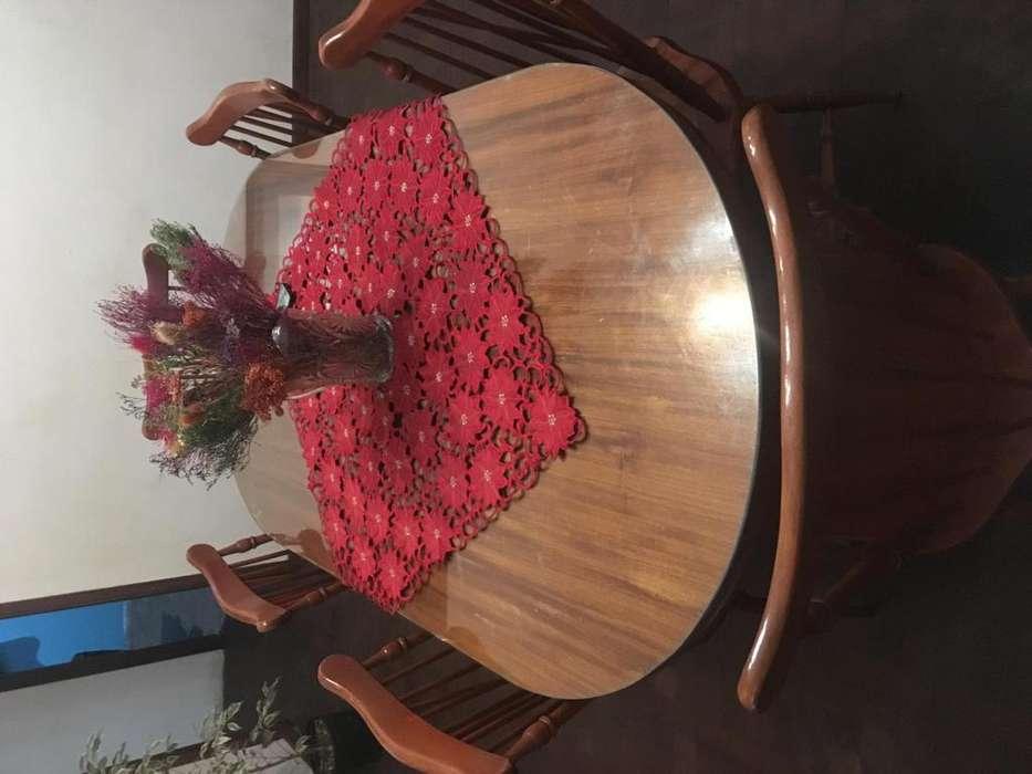 Mesa y sillas de estilo con sus patas torneadas vidrio de 6 milimetrss extencible en perfecto estado tros