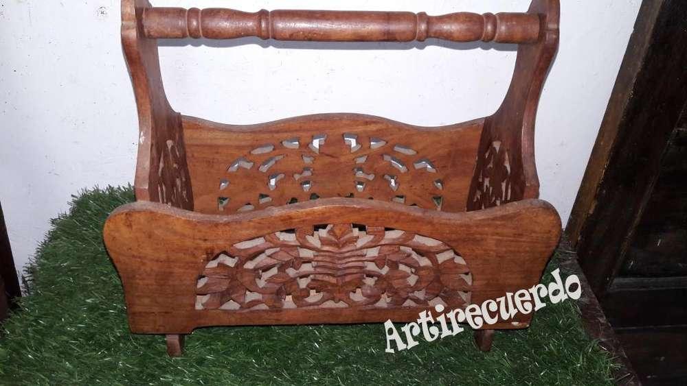 Hermoso Revistero tallado en madera estilo Antiguo