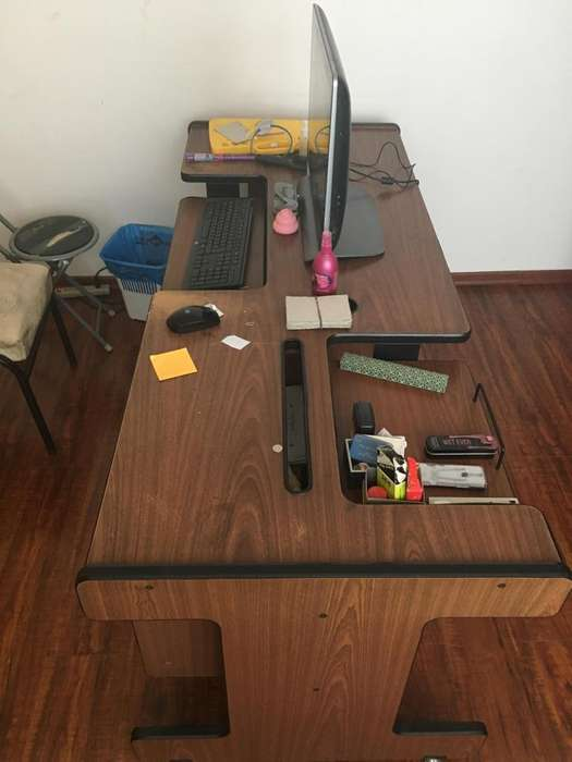 Mueble usado para escritorio de computadora y estudio con cajones.