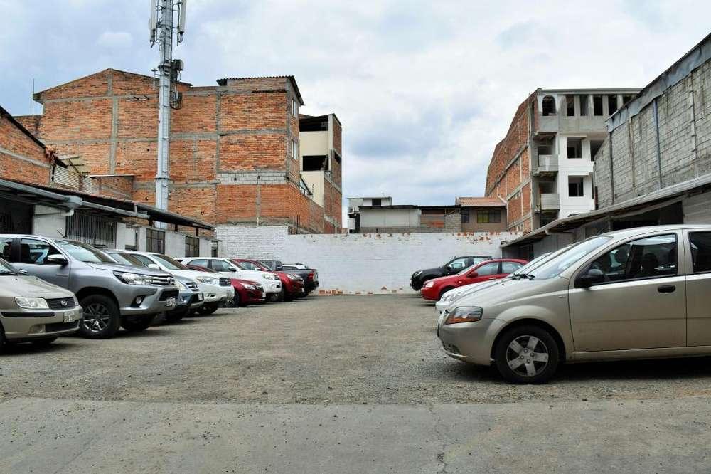 Venta de Casa Rentera con 03 Apartamentos, Local Comercial, Bodegas y Parqueadero en el Centro Histórico.