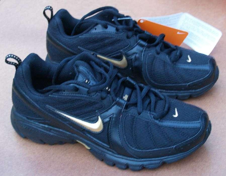 Zapatillas Nike Running calzado masculino hombre modelo unico negras con insignia dorada de coleccion