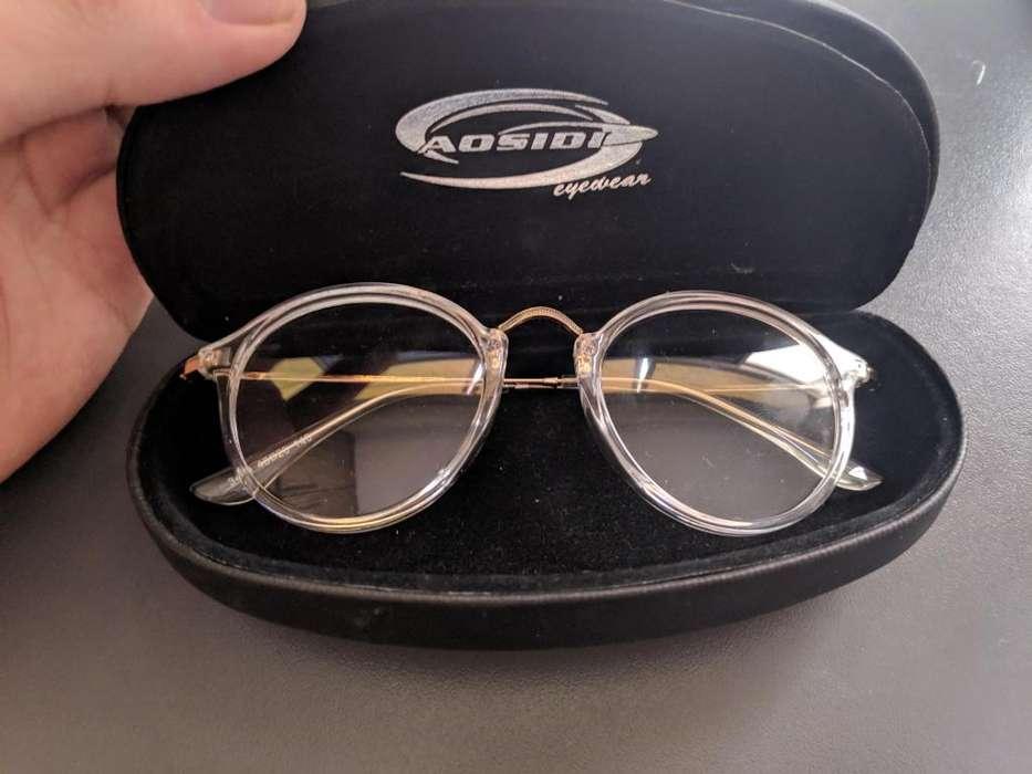 Montura de lentes transparentes.