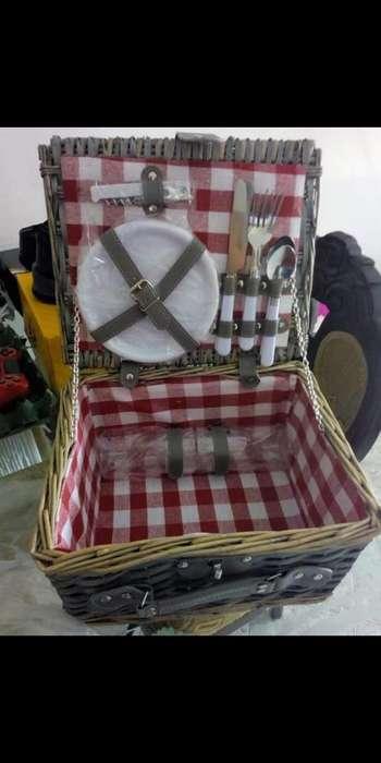 Canasta Picnic con Cubiertos Y Platos