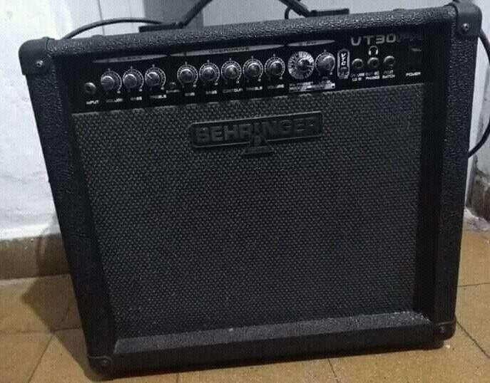 Amplificador BEHRINGER.