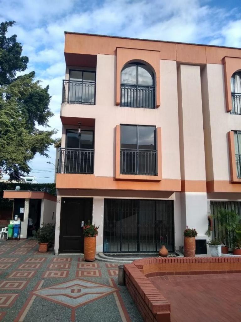 Casa Condominio En Venta En Cali El Refugio Cod. VBINH-773