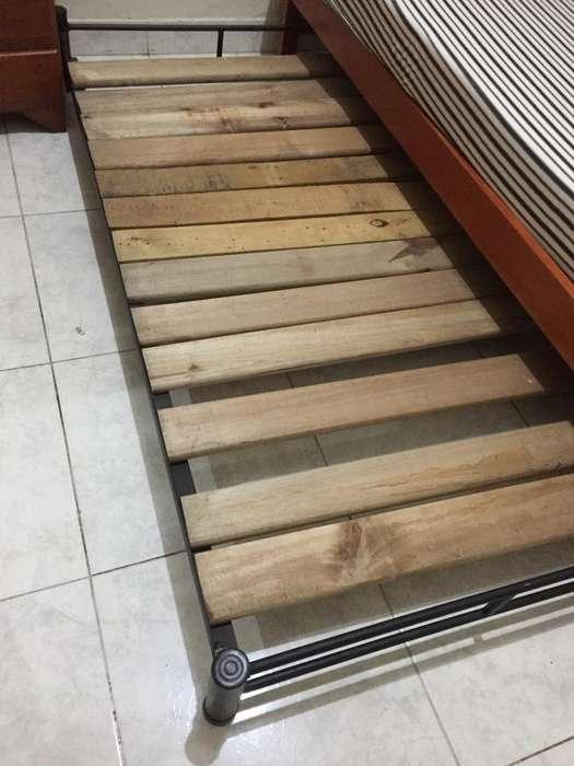 Cama auxiliar pequeña :hierro y madera.