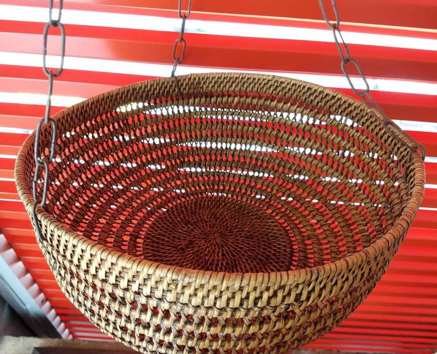 Hermosa <strong>cesta</strong> con doble uso para usar con o sin cadena. Medidas: Circunferencia 33cm, alto 14cm, largo de cadena 70cm.