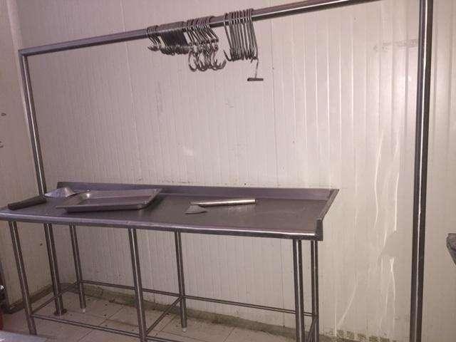 mesa, ganchos, cuchillos, vitrina, estanteria, cajon. inoxidable