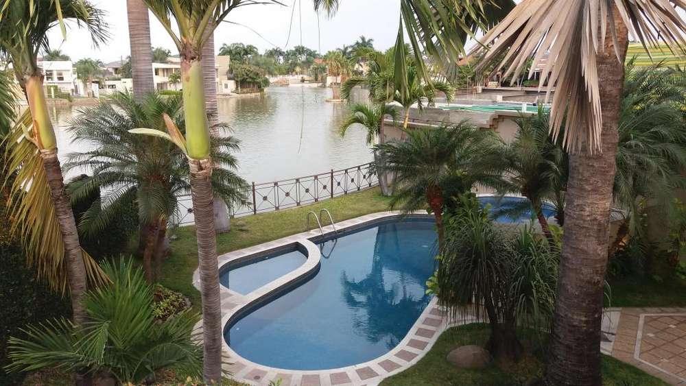 Vendo hermosa casa en Urbanización El Río con hermosa vista al lago.