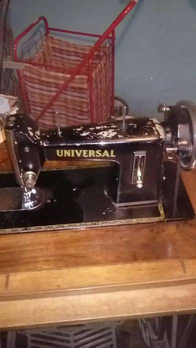 Maquina de Coser antigua Universal