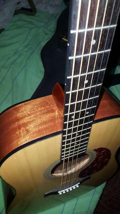 Guitarra Acústica Tipo Folk con Estuche