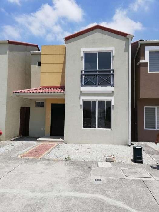 Venta de Casa en Urbanizacion La Perla, Autopista Narcisa de Jesus, Norte de Guayaquil.