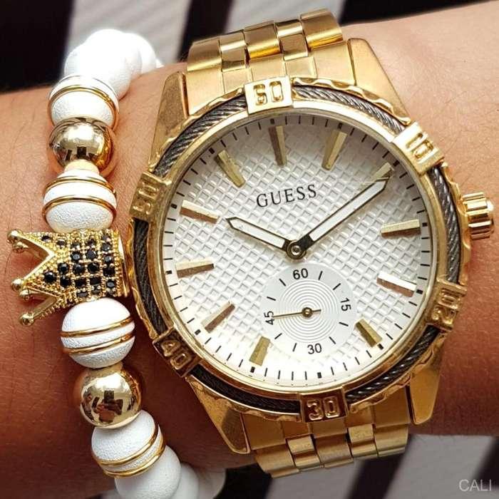 Reloj Guess para mujer en dorado con fondo blanco