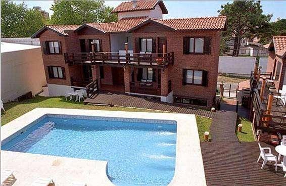 eh61 - Hotel para 2 a 6 personas con pileta y cochera en Villa Gesell