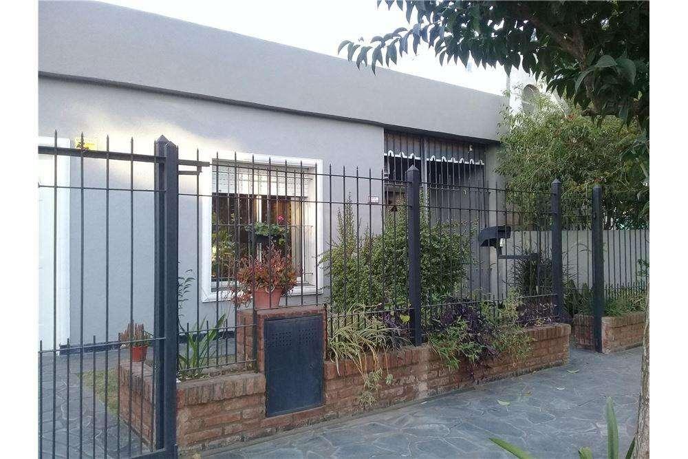 Venta casa 3 ambientes, garage Paso del REY MORENO