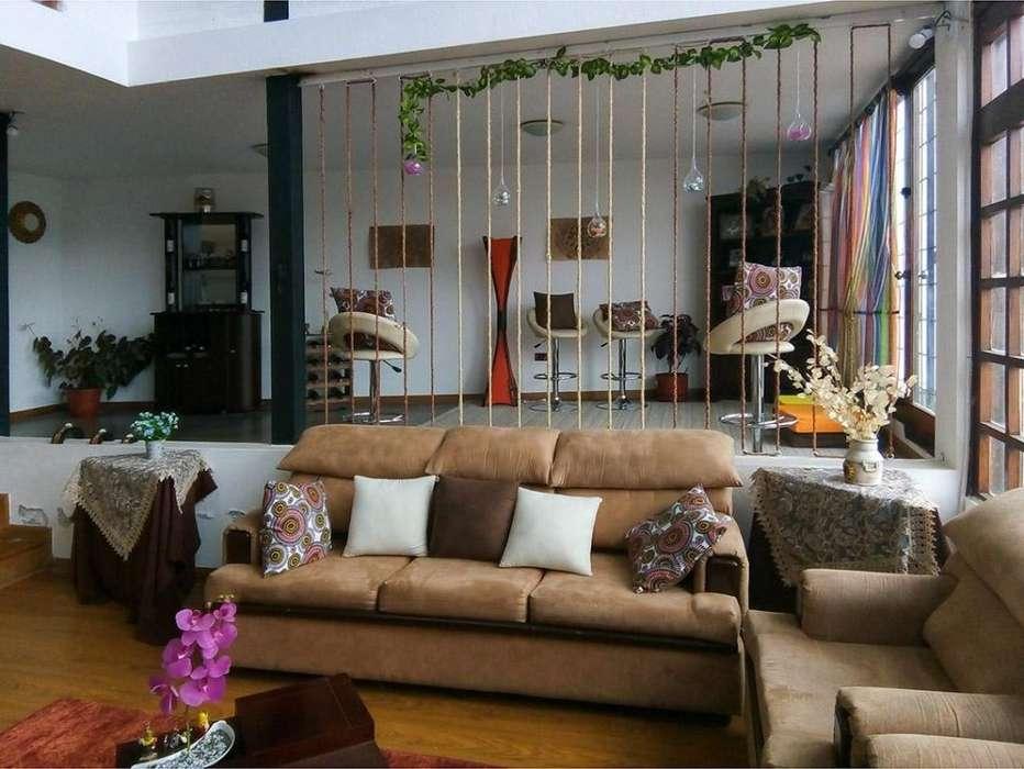 Casa en venta. Amplio jardín y áreas sociales. Sector colegio Intisana