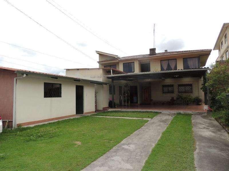 Casa de venta en Cuenca, con espacios verdes ideal varios departamentos