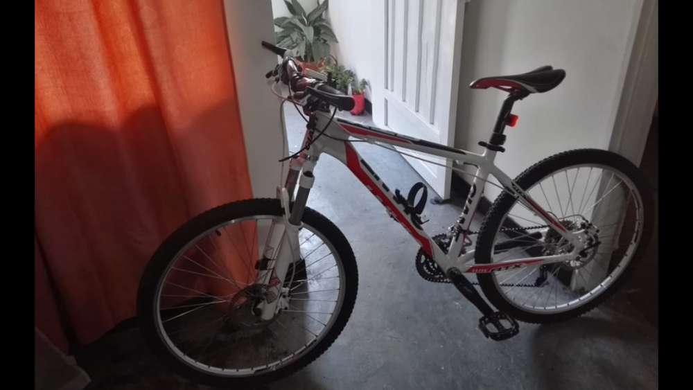 Vendo Bicicleta Giant ATX Como nueva o cambio a Iphone X