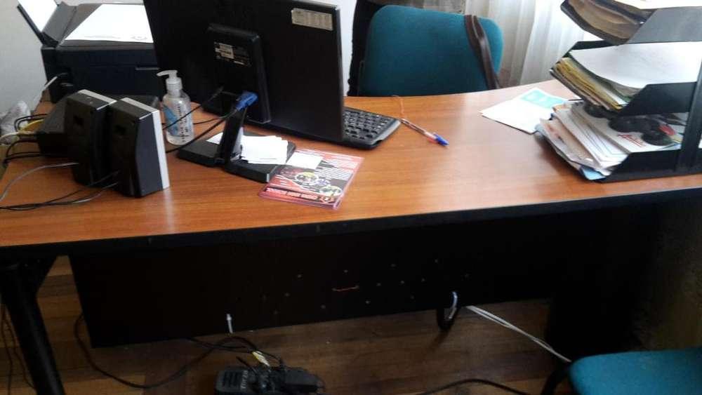 Se vende escritorio de oficina y otros enseres