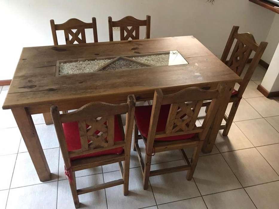 Mesa, 5 <strong>silla</strong>s y un banco desayunador.
