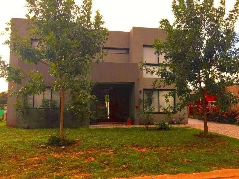 Venta casa de tres dormitorios jardín galería pileta en Santa Guadalupe Pilar del Este