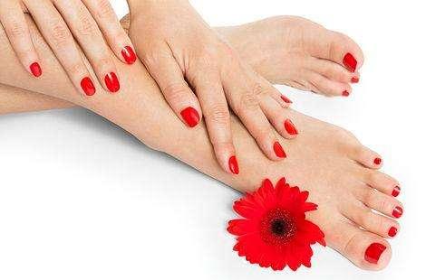 belleza de pies y manos con semi