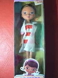 Hermosa Muñeca Articulada Doctora Juguetes de 24 cm Disney Junior. Nueva. En caja.