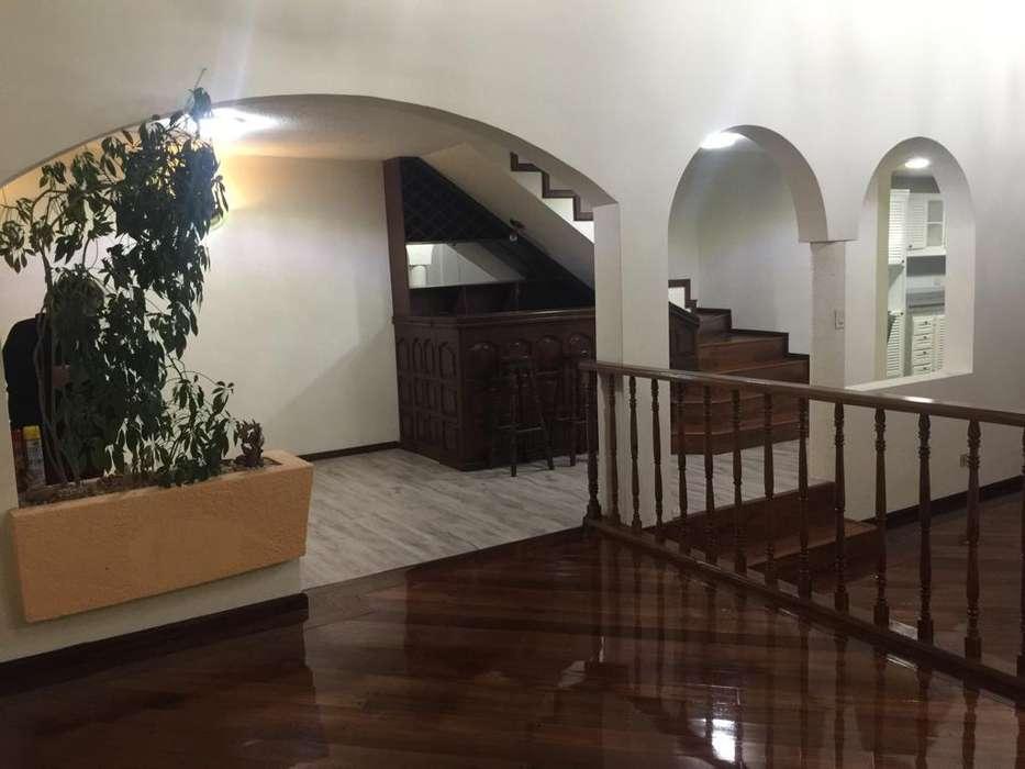 Arriendo casa de lujo 330 m2 en Cumbaya - Miravalle III