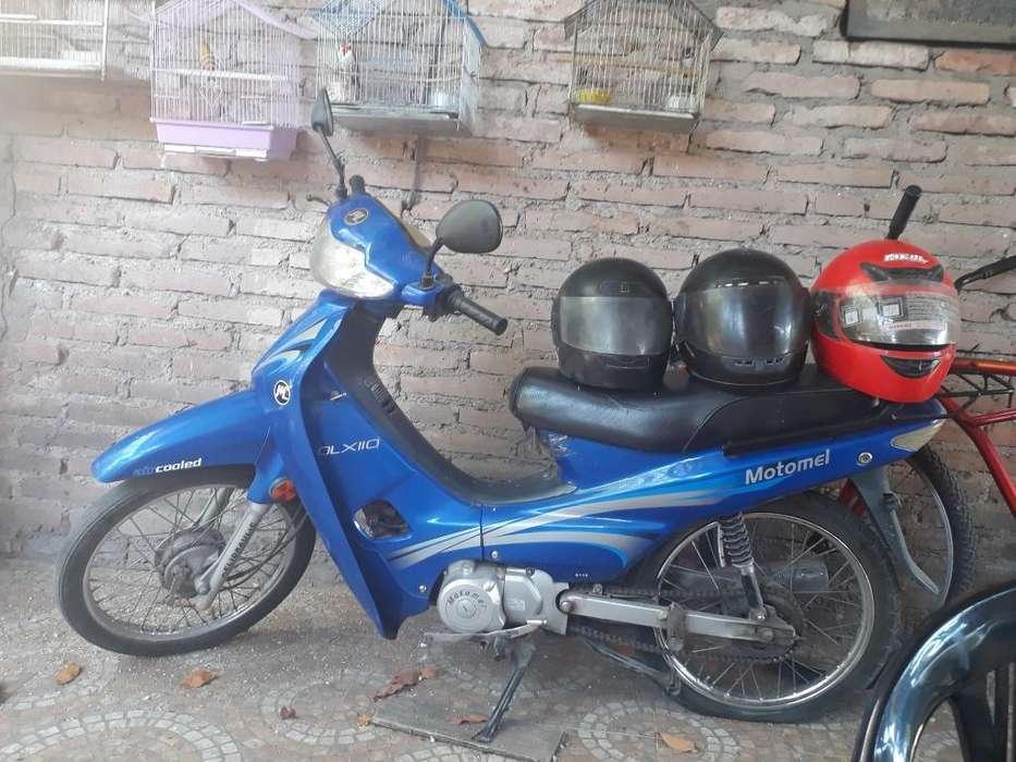 Vendo Moto con Tres Cascos