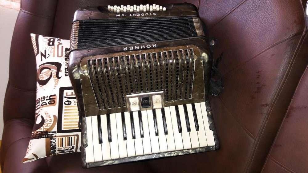 Se vende acordeon hohner con estuche 3185083183