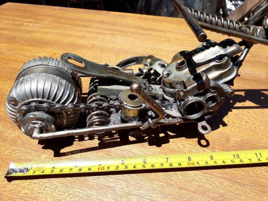Moto en Metal Reciclado