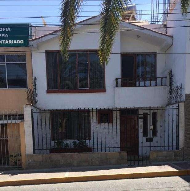 SE VENDE CASA en Av. Bolognesi con salida a calle Bolivar (TACNA). Excelente ubicación.
