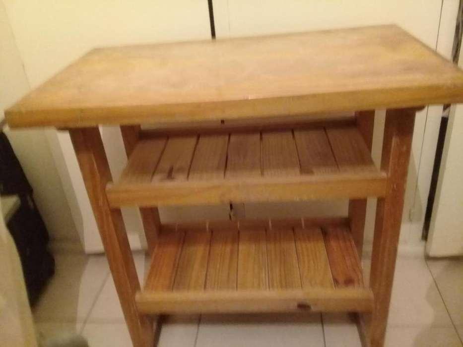 Mesa chica de madera,con dos estantes